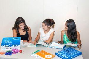 Adolescentes trabajando con los KitCaixa Jóvenes Emprenedores KitCaixa Economía.
