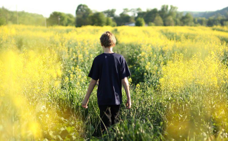 Rachael crowe ado caminando en campo peque