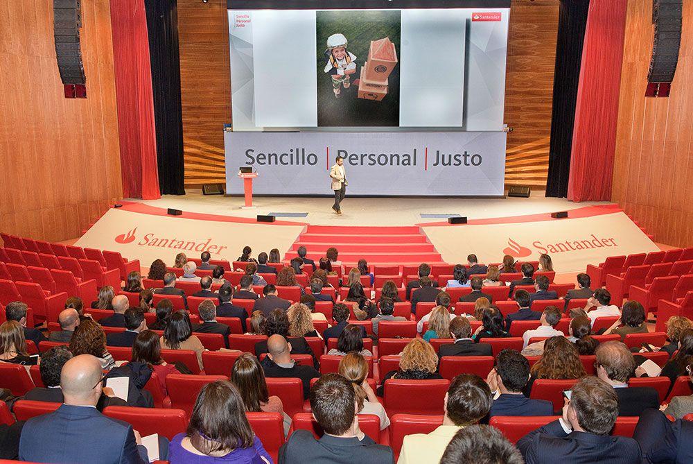 Álvaro Bilbao dando un taller educativo