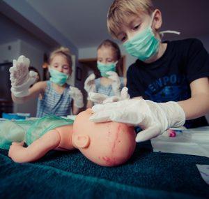 Niños jugando a los médicos